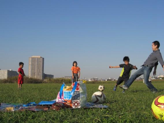 多摩川河川敷・六郷土手で青空子供遊びの会