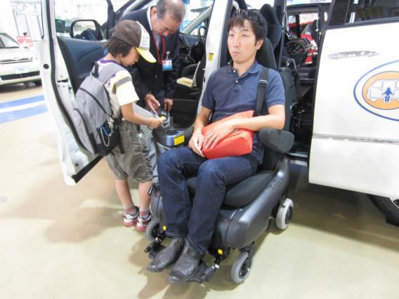 車椅子付き自動車を体験
